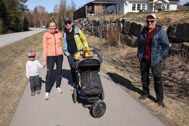 Edward Minge Husby på 4 år, Lene Minge, Lars Olav Husby og morfar Per Minge. - Vi skal på stranda nå å spise vafler, drikke saft og litt kaffe. Vi bor på Bakkeløkka på Fagerstrand, forteller de. I vogna satt lille Eva på 1,5 år.