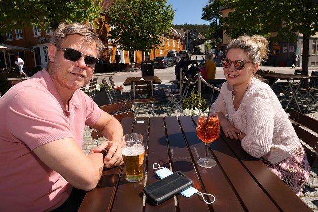 I nesten tropevarme i Drøbak fant vi Rolf Bredal og Camilla Bredal. - Her er det bursdagsfeiring i dag. Og vi koser oss i Drøbak med den første sommerpilsen i det fine været. Og vi kan legge til at det var varmere i Drøbak enn i Alicante i Spania. Så var det sagt.