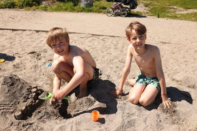 Lars på 10 år og Stein på 8 år fra Nesodden storkoste seg på Hellvikstranda. Det er fint vær men litt kaldt vann. Vi bor på Tangen og hilser til alle dem som ser oss i Amta, sier guttene.