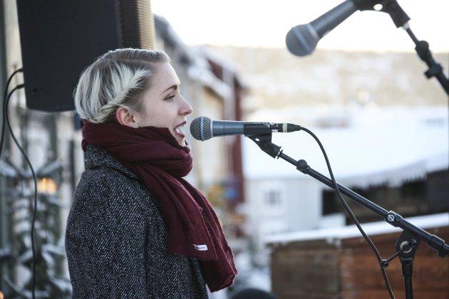 MOT LYSARE DAGA: Ane Lusie Kjelsberg sang den lokale julesangen Mot lysare daga. Foto: Tor Enget