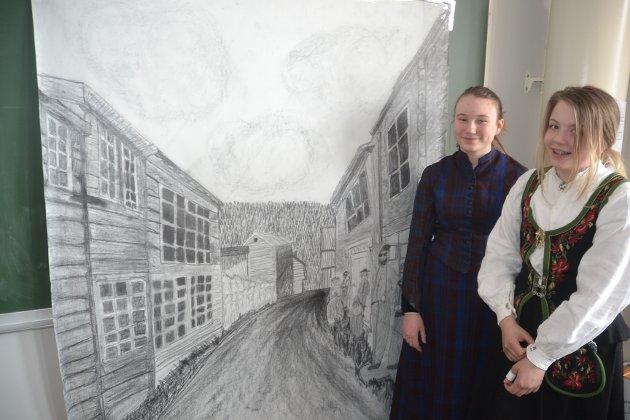 Dette imponerende kunstverket laget av (t.v) Nora Emilie Eggen Langøien og Anne Goro Moseng ble lagt merke til av mange. Dette er gamlegata på Tolga i 1850. Seks uker brukte de to på kunstverket