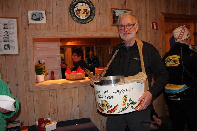 Reidar Tollan serverte pølse fra pølsekassa som ble brukt i samme formål under skøytestevner på Sætersgård på 60-tallet. Kassa er pusset opp til 120-årsjubiléet av Gudny Hagen Bakken.