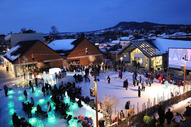 Torget i Brumunddal – et levende og bilfritt torg med uteservering, restauranter og arrangementer som utekino og skøyteis om vinteren.