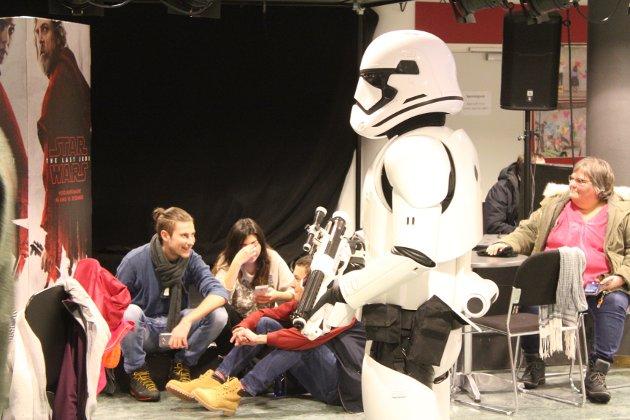 """Star Wars: The Last Jedi er den 8. filmen i serien. Onsdag hadde den førpremiere i Ås kino, med """"Stormtroopere"""" på besøk."""