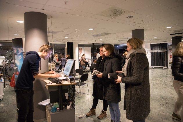 """Det ble fullt hus i Ås kino da kinosjef Martin Øsmundset hadde invitert stjerneregissør Erik Poppe til å introdusere filmen """"Per Fugelli- siste resept."""""""