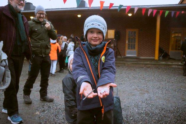 EKTE HÅNDVERK: Vebjørn Birge Kvam Berdinesen (6) kunne stolt vise frem et sverd og en tinnsoldat han selv hadde laget.