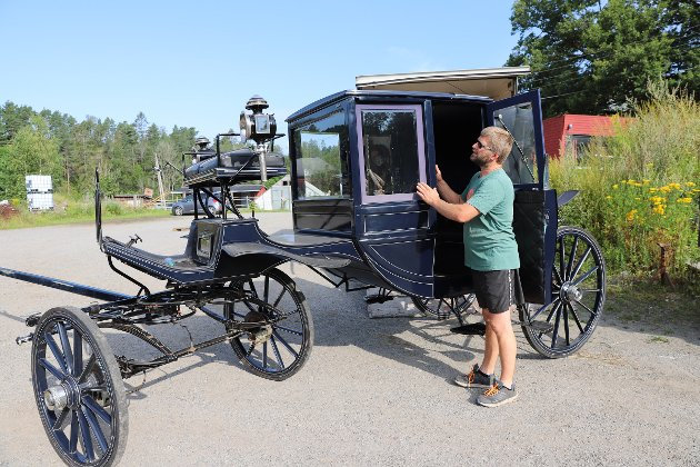 TILBYR STASELIG BRUDEVOGN: Dette er en av flere brudevogner de har til rådighet for å kjøre brudepar i.