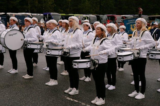 Nordby Skolekorps er stolte arrangører av TusenFrydstevnet som pågår i helgen. Til tross for regnbyger ble det taktfast marsj og brede smil på Tusenfryd lørdag.