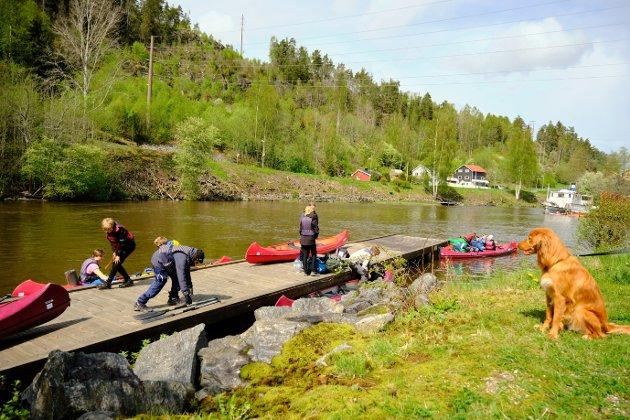 KANOTUR: Kanoene ble satt på vannet ved Ørje sluser. Dermed var turen i Haldenvassdraget i gang for 31 speidere fra 1. Ås speidergruppe.