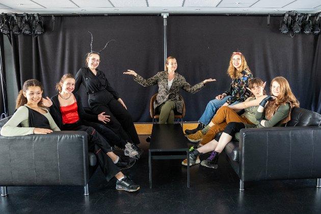 F.v Aurora Tærum-Timraz (13), Mirjana Oliver (14), Anine Hermo (16), Harriet Müller-Tyl, Iselin Hermo (16), Johanne Moen (15) og Morild Lanser (15) er klar for kveldens forestilling.