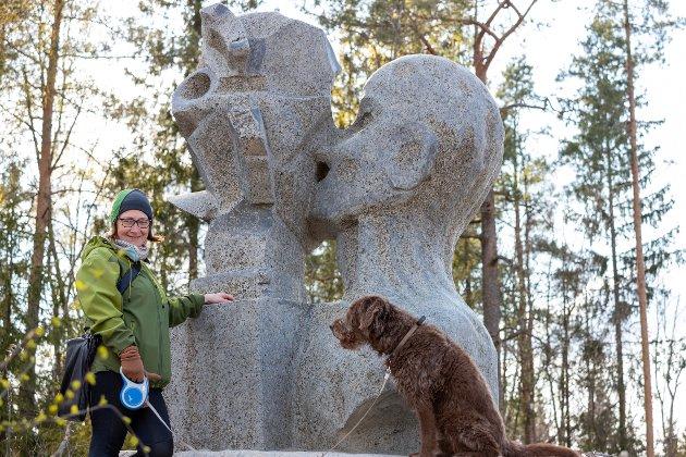 """Hilde Kræmer Moe ved statuen """"The Study"""" av kunstneren Steinar Haga Kristensen. Den står ved Ås gård."""