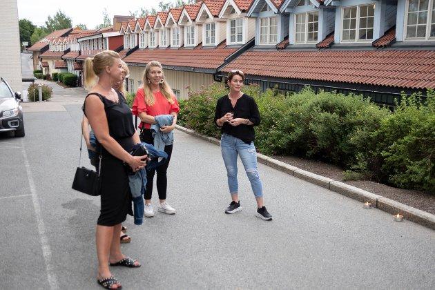Mange trofaste smykkekunder ønsket å se hva Line og Per hadde laget sammen. Til høyre ser vi Julianne Sveigdalen fra Ås og Trude Becher Husby fra Drøbak.