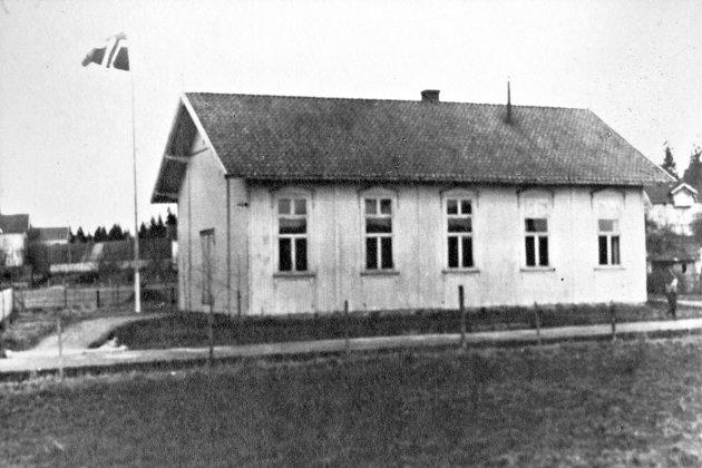 Ås menighetshus slik det framsto i sin tidlige fase, med store vinduer. Bildet er tatt i cirka 1910.