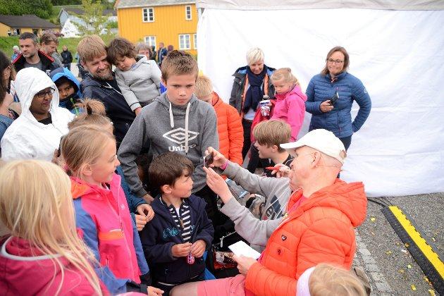 Mange barn ønska seg selfie og autograf av Øistein Kristiansen etter at han var ferdig med forestillinga.