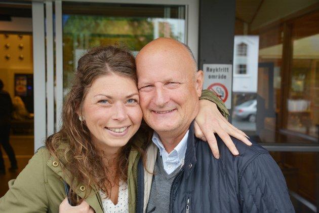 SPENNENDE: Elen Lauvhjell (Ap) og Petter Emil Gundersen (H) er begge vara-ordførerkandidater i valget i Risør i år. Det la åpenbart ikke demper på den vennskapelige stemningen på valglokalet søndag ettermiddag.