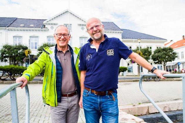 IMPONERENDE: Styret i Risør Festuke, her representert ved Jan Einar Henriksen (t.v) og Willy Thorsen, hadde vært en meget verdig vinner av Risør kommunes kulturpris. Styret forøvrig består av Kristine Upstad, Kjell MacDonald, Dag Olsen og Gunnar Hurv.