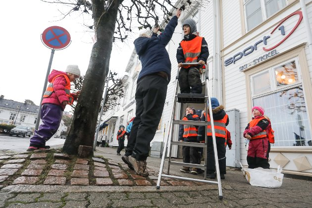 Risør By AS har plukket ut fem trær ved torvet, og bedt fem barnehager om å pynte dem med selvlaget julepynt. Først ute var Tjenna barnehage, og 5-åringene fikk bryne seg på toppen av gardintrappa.