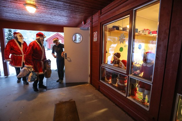 Det var stor spenning blant barna i Visedal barnhage på Renstøl da nissene kom på besøk tirsdag formiddag.