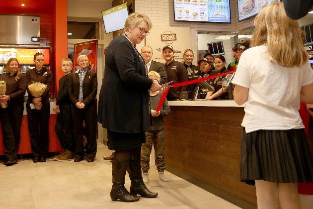 Fredag åpner Burger King på Brokelandsheia dørene for alle sultne sjeler. Men allerede tordag kveld tok gjerstadordfører Inger Løite en jafs av burgeren og åpnet det nye spisestedet sammen med en rekke inviterte gjester. – Dette er den gildeste jobben en ordfører kan ha, sa hun og siktet til at Burger King skaper mange nye arbeidsplasser i kommunen.