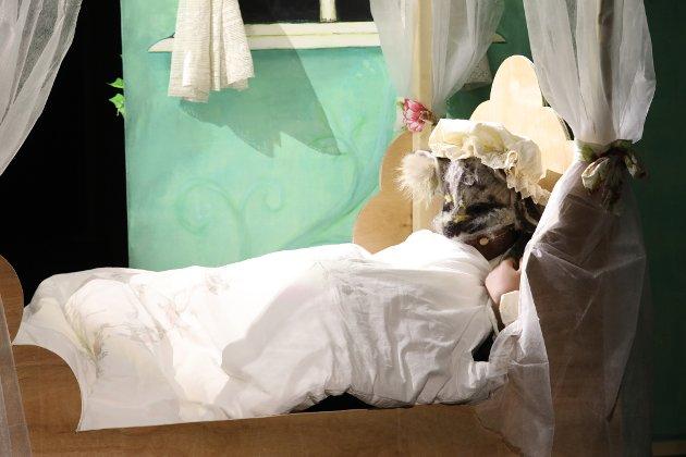 """Risør ungdomsteater setter opp """"Into the Woods"""", der vi blant annent møter Den store stygge ulven som har spist bestemor og tatt hennes plass i senga. Aust-Agder Blad ble med på øvelse."""