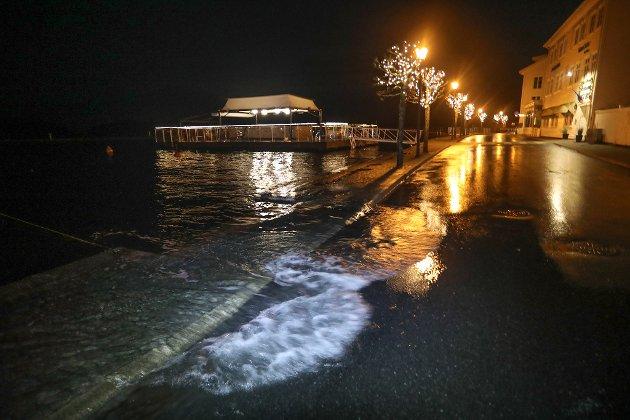 Toppen av stormfloa var spådd til rundt klokka tre natt til onsdag. Her i Strandgata gikk sjøen såvidt over bryggekanten klokka tre. Høyere enn dette kom ikke vannstanden.