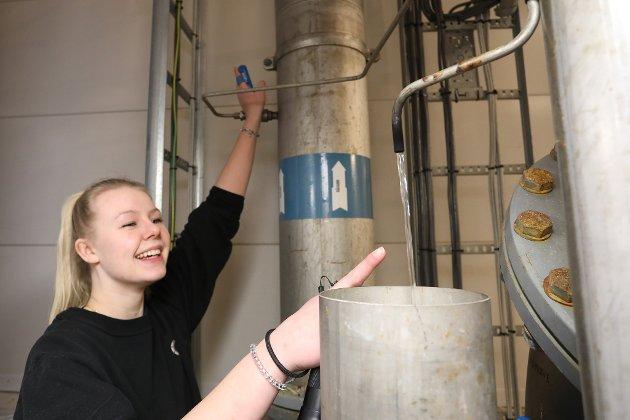 RÅVANN: – Skal det være et glass råvann? Julie Bang Hasaas ved Bossvika vannbehandlingsanlegg ler og peker på vannet som renner ut av det tynne røret. Det er urenset vann pumpet opp fra Auslandsvann. Hun forteller at det er trygt å drikke dette vannet, men før det sendes ut til et vannrør nær deg, skal hver eneste dråpe pusses og poleres i en times tid før den ønskede kvaliteten på drikkevannet er nådd.