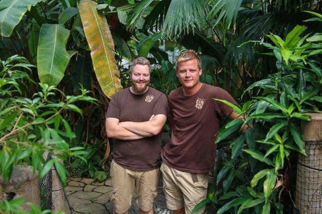 Terje Jensen og Nils Harald Reiersen i Den lille dyrehage takker for støtte og engasjement i sitt innlegg.