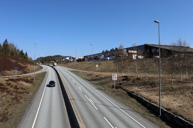 Einar Gjernes mener veien fra Akland til Brokelandsheia er god nok som den er.