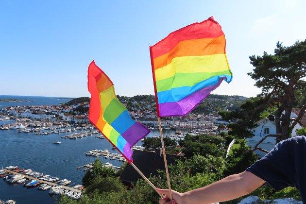 Regnbueflagg over Risør