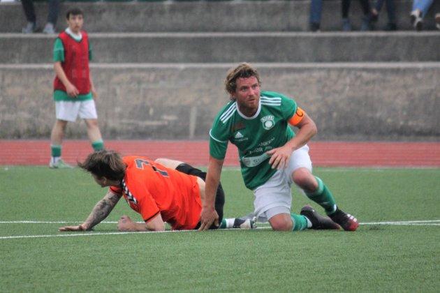 Kjetil H. Danielsen med blikket på ballen etter en tøff duell med en Hisøy 2-spiller.
