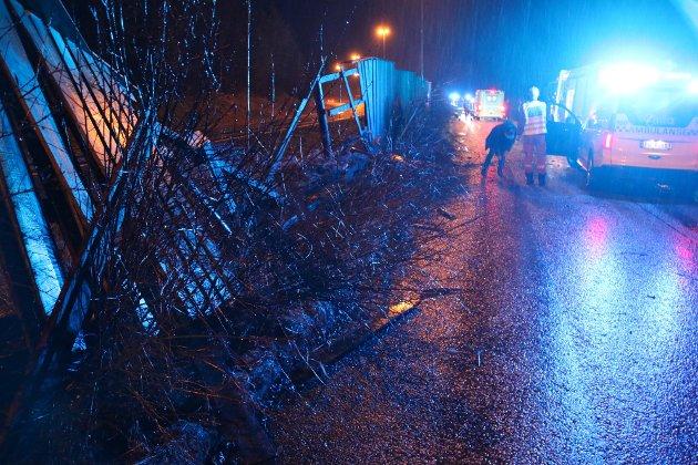 AUSTAD: Manglende autovern langs E39 på Austad, gjorde at ulykkesbilen lille julaften traff støygjerdet. En tverrbjelke var bare centimeter fra å gjøre skade på personene i bilen.