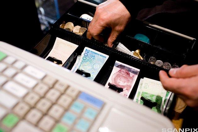 OSLO 20080226: Penger. Kasse. Å ta ut penger. Tyveri. Butikk. Butikkhandel. Shopping.  Pengesedler. Stjele fra kassa. Svindel. Norske penger. Sedler. Ran.  Foto: Sara Johannessen / SCANPIX