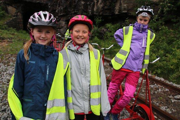 Mathea Tjøttareel og Anna Mosdøl fra jenter 10 på Kvåsen IL fikk prøve dresinsykling for første gang.
