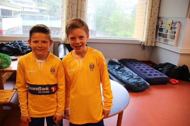 Haakon Skeie Sætre (11) og Niklas Østerli (10) fra Hundvåg og om lag 200 andre bor på Sunde skole under Agder Cup.