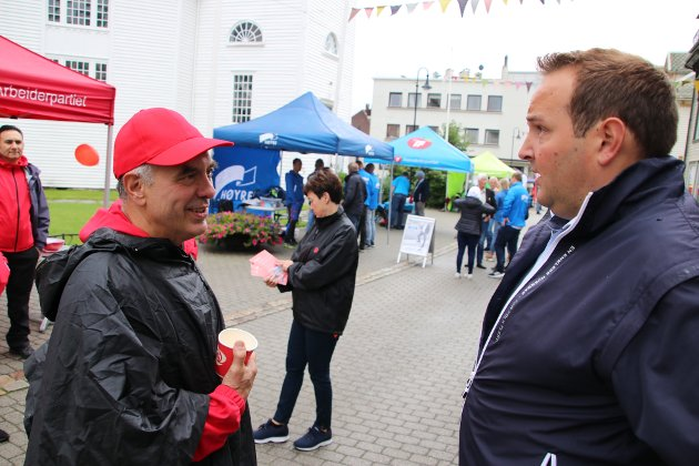 Ordførerkandidat Svein Hobbesland i Ap (til venstre) kjører frem flere gratis P-plasser som valgkampløfte.