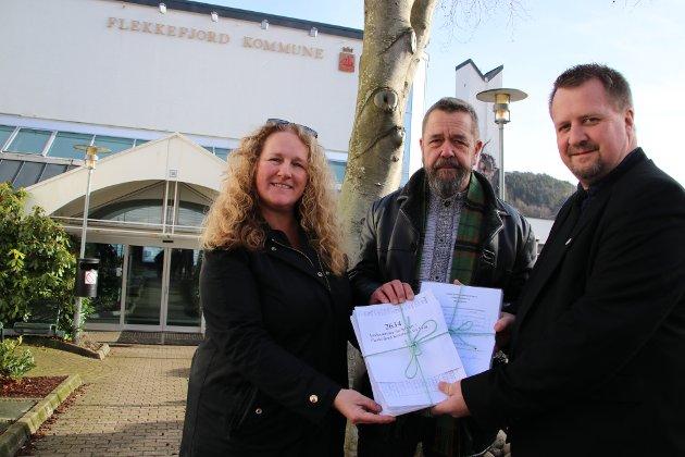 2634: Jan Ole Sæløen og Monica Unhammer-Kristiansen fra organisasjonen «Nei til vindmøller i Flekkefjord» overrakte i dag 2634 underskrifter til ordfører Torbjørn Klungland (Frp).