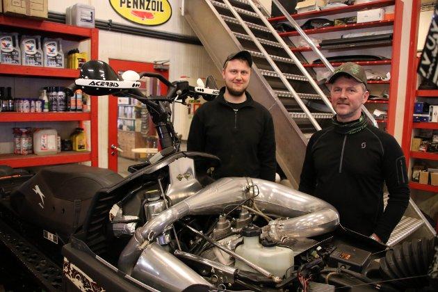 RAVNEVANN MOTOR: Ravnevann junior, eller Kjell Terje Ravnevann, som han heter, til venstre og Per Terje Ravnevann driver hvert sitt ATV og snøscooterfirma i Oftedal næringsbygg i Sirdal.