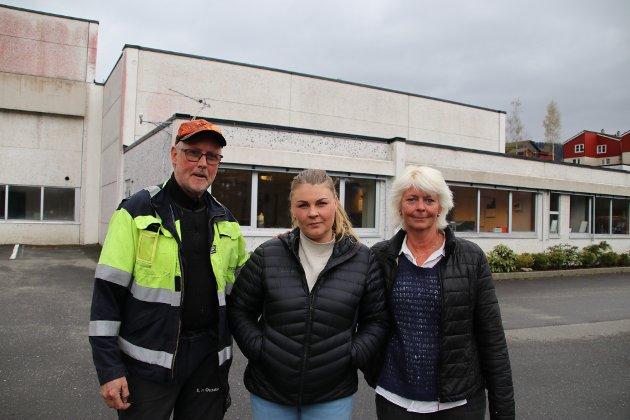 FÅR STØTTE: Utenfor verkstedet til Sira-Kvina på Porsmyr ved Tonstad får renholder Lene Bjunes Røe (i midten) sterk støtte fra kraftverkstekniker Svein Petter Ousdal og Berit Ovedal som jobber med sentral planlegging i Sira-Kvina.