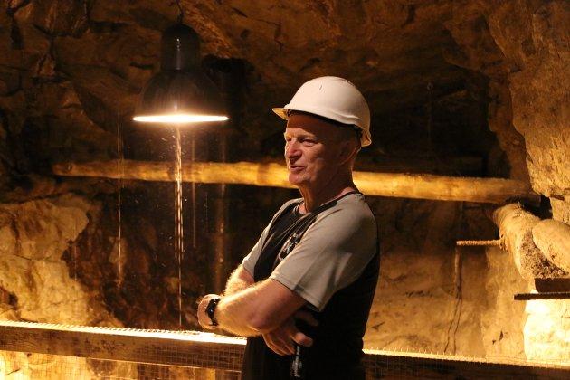 Bertel Eie er guide i gruva på Knaben.