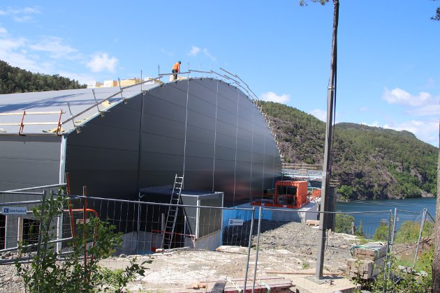 KRANSELAG: Det nærmer seg slutten for byggingen av flerbrukshallen på Uenes.