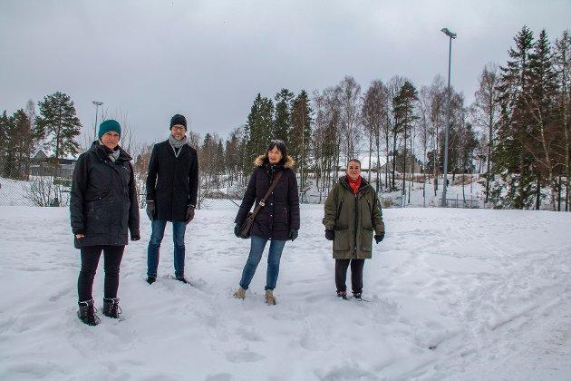 Nye Mortensrud skole skal ligge i skråningen bak i bildet. Fra venstre: Caroline Hals, Erlend Tynning Larsen, Trine Dønhaug og Eah Vilje Belseth