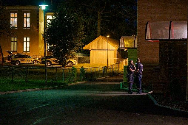 Oslo 20210825.  Politi på stedet etter at to menn er funnet skutt på Trosterud i Oslo. Foto: Stian Lysberg Solum / NTB