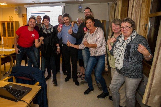 Øyvind Helland Oddekalv (i blå skjorte!) jublar over resultatet saman med partifellene. FOTO: MORTEN SÆLE