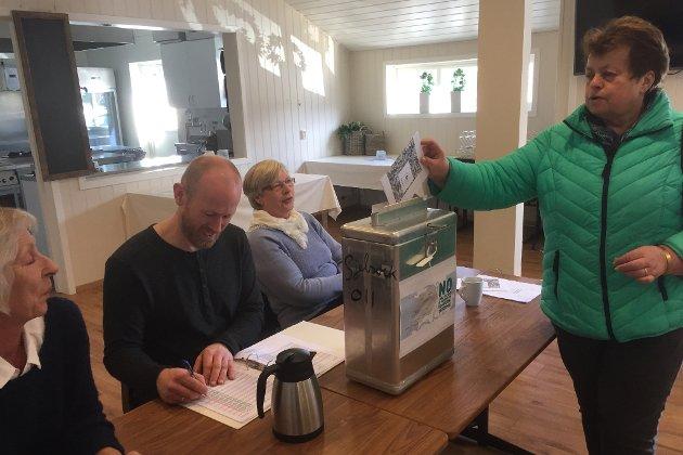 DELTE MEININGAR: I fleire kommunar sprikjer folkets råd sterkt. Ei av desse er Askvoll. Dette fotoet er frå røystelokalet i Kvammen. Helene Leknes legg si stemme i urna.