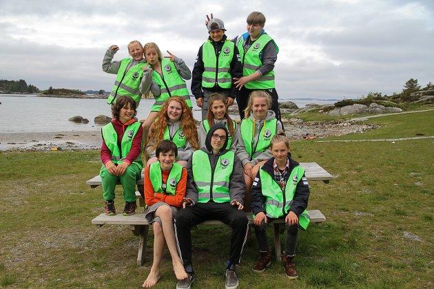 Nordhordland si RØFF-gruppe (Røde Kors friluft og førstehjelp). Totalt var dei elleve ungdommar og seks leiarar. Dei tok med seg telt og lavvo til Årvikane i Austrheim i helga.
