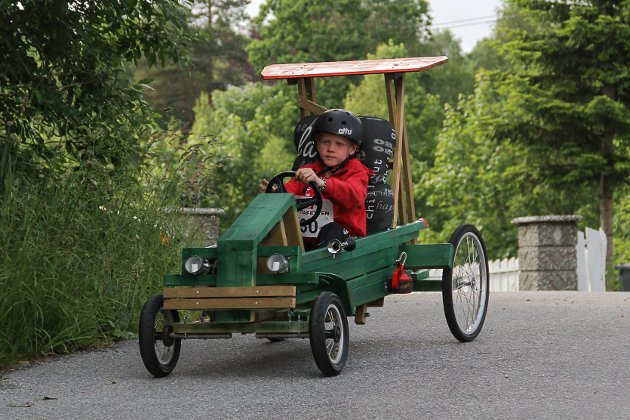 Teo Fosse Kalnes (8) deltok for første gong på olabilløpet i år. Bilen heiter «Green machine». – Det var litt skummelt ned bakken, men det var kjekt òg, seier han.