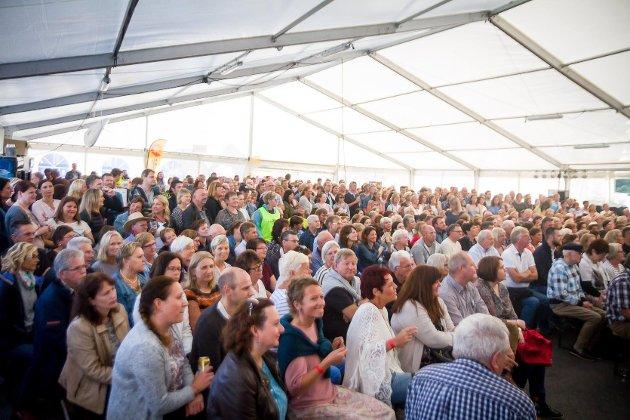 Med godt over 700 feststemde austrheimingar i det utvida festivaltelt på Mastrevik Torg, vart Vamp-konserten onsdag kveld akkurat den suksessen arrangøren hadde håp om. Foto: Yngve Garen Svardal
