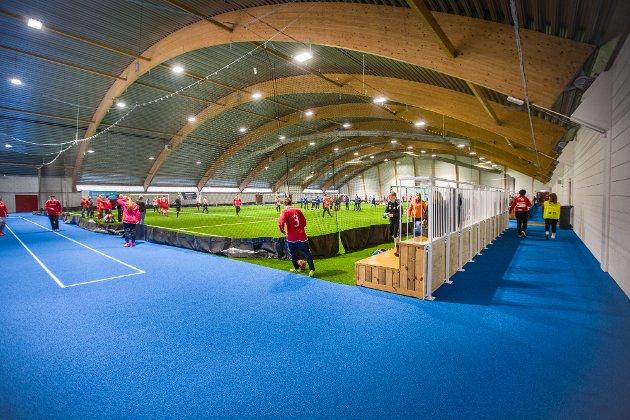 MÅ SATSAST: Nytt banedekke er på plass i Nordhordlandshallen.