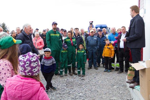 Ein drøss med radværingar tok turen for å få med seg den offisielle opninga av den nye heil-automatiske fjøsen til Morten og Benedikte Christensen.