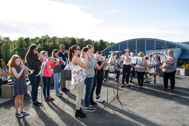 Det var fullt hus og stor stemning då europameistrane Eikanger-Bjørsvik Musikklag vart hylla i Knarvik kyrkje fredag kveld.